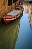 Barco em um canal, Veneza, Italia fotografia de stock royalty free