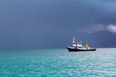 O barco está enfrentando a tempestade Fotografia de Stock