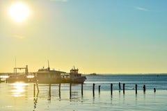 O barco está no cais na estação do barco nos raios do d Imagem de Stock
