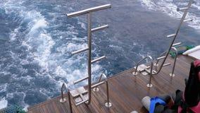 O barco est? flutuando nas ondas e deixa uma fuga no Mar Vermelho Proa do navio Egypt video estoque
