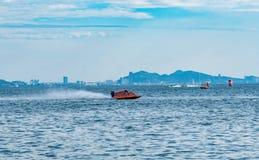 O barco F5 com céu bonito e o mar em Bangsaen põem o barco 2017 na praia de Bangsaen em Tailândia Imagens de Stock