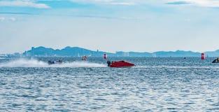O barco F5 com céu bonito e o mar em Bangsaen põem o barco 2017 na praia de Bangsaen em Tailândia Imagem de Stock Royalty Free