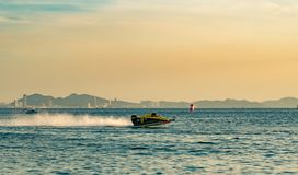 O barco F3 com céu bonito e o mar em Bangsaen põem o barco 2017 na praia de Bangsaen em Tailândia Imagem de Stock