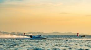 O barco F1 com céu bonito e o mar em Bangsaen põem o barco 2017 na praia de Bangsaen em Tailândia Foto de Stock