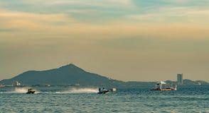 O barco F3 com céu bonito e o mar em Bangsaen põem o barco 2017 na praia de Bangsaen em Tailândia Fotos de Stock Royalty Free