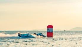 O barco F1 com céu bonito e o mar em Bangsaen põem o barco 2017 na praia de Bangsaen em Tailândia Imagens de Stock