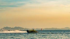 O barco F3 com céu bonito e o mar em Bangsaen põem o barco 2017 na praia de Bangsaen em Tailândia Imagem de Stock Royalty Free