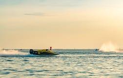 O barco F1 com céu bonito e o mar em Bangsaen põem o barco 2017 na praia de Bangsaen em Tailândia Fotos de Stock Royalty Free