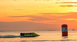 O barco F1 com céu bonito e o mar em Bangsaen põem o barco 2017 na praia de Bangsaen em Tailândia Fotos de Stock