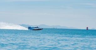 O barco F1 com céu bonito e o mar em Bangsaen põem o barco 2017 na praia de Bangsaen em Tailândia Fotografia de Stock