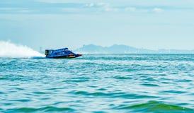 O barco F1 com céu bonito e o mar em Bangsaen põem o barco 2017 na praia de Bangsaen em Tailândia Fotografia de Stock Royalty Free
