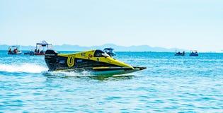 O barco F3 com céu bonito e o mar em Bangsaen põem o barco 2017 na praia de Bangsaen em Tailândia Fotos de Stock