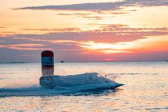 O barco F1 com céu bonito e o mar com por do sol em Bangsaen põem o barco 2017 na praia de Bangsaen em Tailândia Fotos de Stock