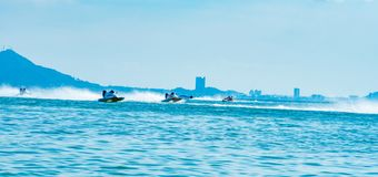 O barco F3 com opinião bonita do céu e do mar e da cidade em Bangsaen põe o barco 2017 na praia de Bangsaen em Tailândia Foto de Stock Royalty Free