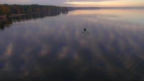 O barco flutua na água filme