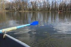 O barco flutua na lagoa, parque, água Fotos de Stock
