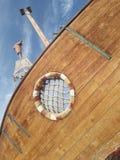 O barco ideal do céu dos piratas fotos de stock