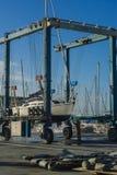 O barco levanta da água Foto de Stock