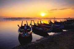O barco local no lago do taungthaman perto da ponte de U Bein, a ponte a mais longa da teca no mundo, Mandalay fotos de stock