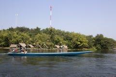 O barco longo tailandês está movendo demasiado rápido em um lago Imagem de Stock Royalty Free