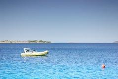 O barco a motor pequeno amarrou em um mar morno limpo, Croácia Dalmácia Fotografia de Stock