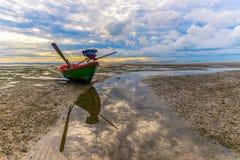 O barco na praia fotografia de stock royalty free