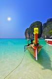 O barco na praia com sol. Imagens de Stock Royalty Free