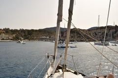 O barco navega - a Espanha de Ibiza foto de stock royalty free