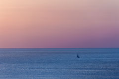 O barco no mar no por do sol Foto de Stock