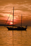 O barco no por do sol Imagens de Stock Royalty Free