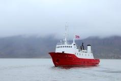 O barco norueguês entrou na porta de Longyearbyen Fotografia de Stock