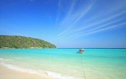 O barco perto da praia Foto de Stock Royalty Free
