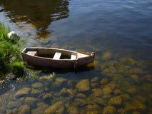 O barco perto do banco do rio Fotos de Stock Royalty Free