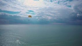 O barco puxa o tandem do paraquedas video estoque