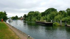 O barco que aproxima o Weir Lockde Bellé lockdo ano rioThamesdo theem Inglaterra situou no nearEgham do bancode Su Imagens de Stock