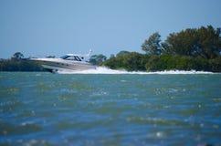 O barco que cruza perto fotografou de um baixo ângulo Imagens de Stock Royalty Free