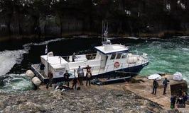 O barco que o toma à ilha de Mykines em Ilhas Faroé foto de stock royalty free