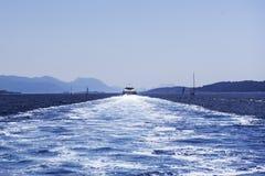 O barco rápido navega afastado Fotos de Stock Royalty Free