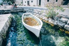 O barco rústico da antiguidade do vintage entrou na baía velha imagens de stock