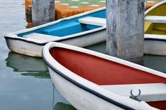 O barco a remos branco amarrou perto da costa no lago Foto de Stock Royalty Free