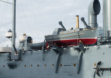 O barco salva-vidas restaurou a Aurora do cruzador amarrada na terraplenagem de Petrograd em St Petersburg, Rússia Fotos de Stock Royalty Free