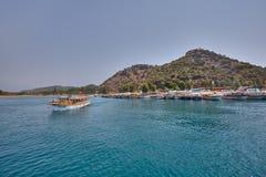 O barco Sightseeing com turistas navegou a bordo do cais fotos de stock