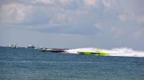 O barco super no mar compete (Hooters - metal torcido - GEICO) Fotos de Stock Royalty Free
