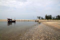 O barco vivo no fundo da praia Fotografia de Stock