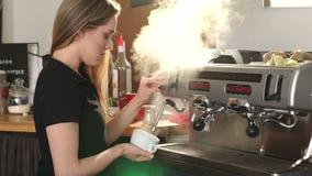 O barista da menina serve acima o café aromático na cafetaria Movimento lento video estoque