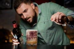 O barman adiciona o vinho ao cocktail Fotos de Stock