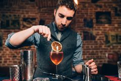 O barman considerável que prepara o aperitivo alcoólico, aperol spritz o cocktail Fotos de Stock