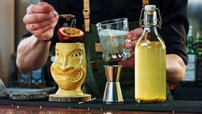 O barman decora o cocktail de Tiki Imagens de Stock Royalty Free