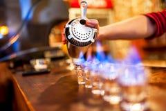 O barman derrama a bebida alcoólica Fotos de Stock