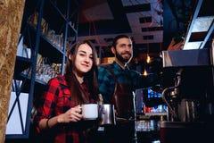O barman e o garçom estão trabalhando atrás do contador na barra imagens de stock royalty free
